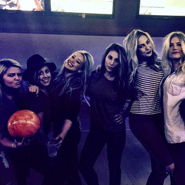 Hilary gioca a bowling con le amiche